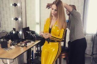 В латексном костюме с глубоким декольте: новый образ Оли Фреймут