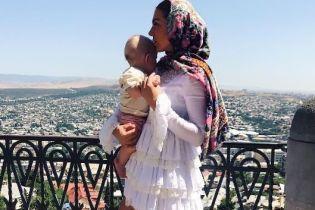 В мини-платье и с сыном на руках: Анна Седокова поделилась милым снимком с поклонниками