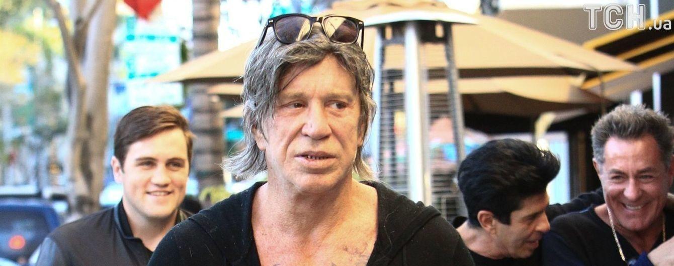 Міккі Рурк у трусах показав обличчя після чергової пластики