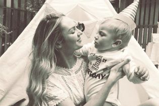 Гордая мама: Кэндис Свэйнпоул отметила первый день рождения сына