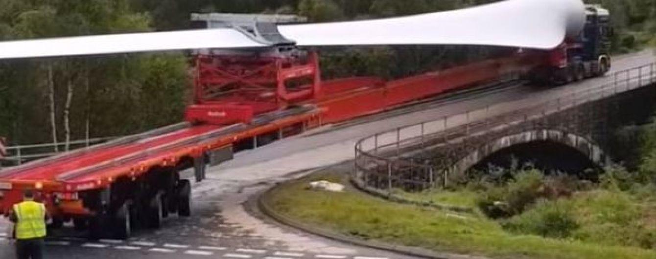 Британський водій вразив мережі розворотом з габаритним вантажем