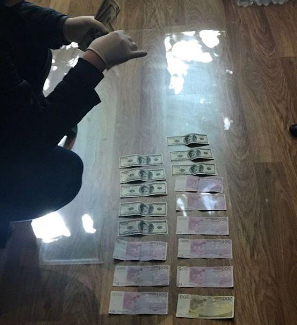 """""""Данина"""" за невтручання: на Буковині на спробі підкупу поліцейського спіймали головного лісника"""