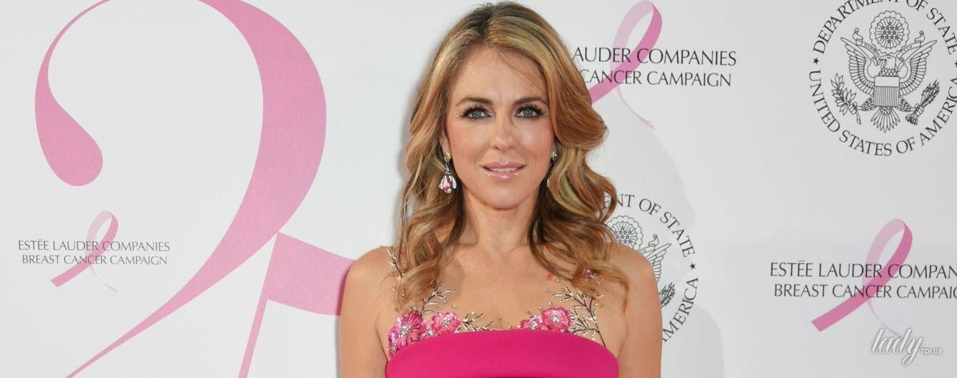 Опять в розовом: 52-летняя Элизабет Херли надела обтягивающее фигуру платье