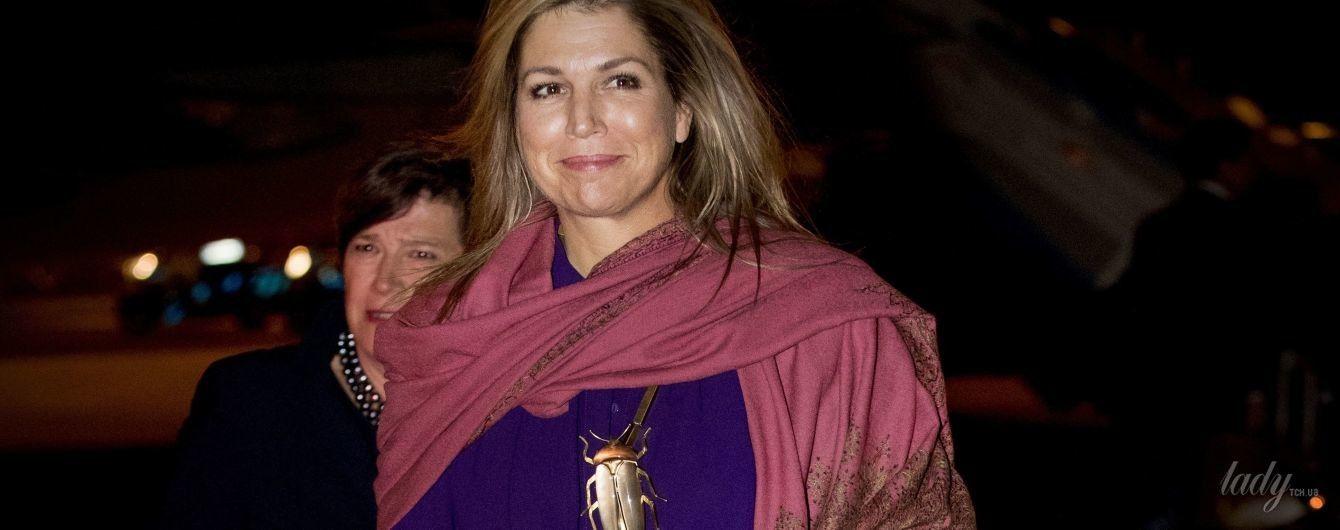 Пальцы в зеленке, на груди огромный жук: королева Максима прилетела в Португалию