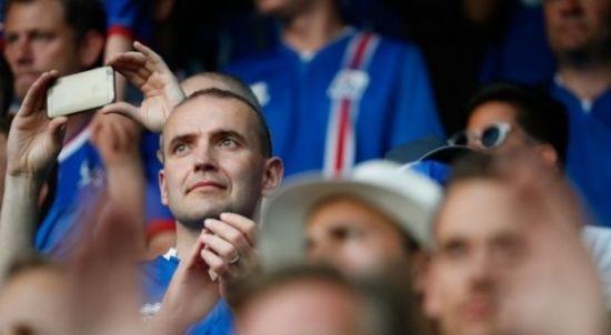 Нічого незвичайного. Президент Ісландії спостерігав за грою збірної в компанії вболівальників