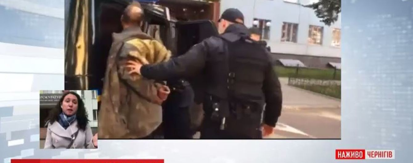 До прокуратури з сокирою: батько нападника вважає, що син йшов скаржитись на нього