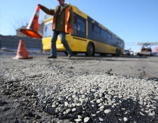 На Чернігівщині дорожники засипають частково розмиту трасу Київ-Суми щебенем та ґрунтом