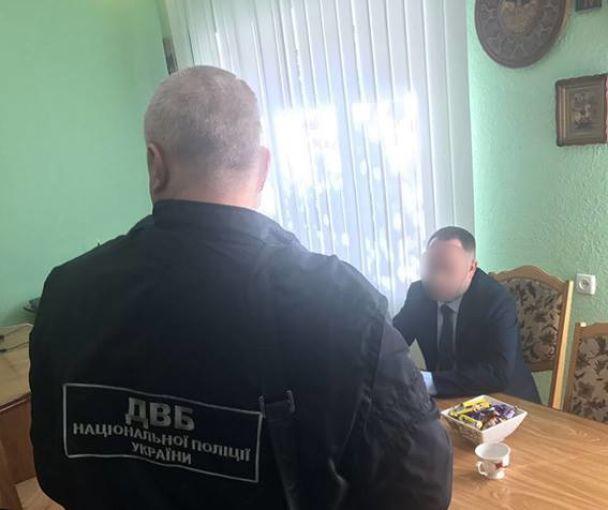 Головний лісівник Буковини хотів підкупити поліцейських чиновників. Хабарника затримали