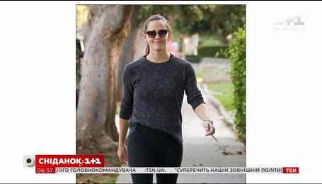 Папарацци поймали улыбающуюся Дженнифер Гарнер после утренней пробежки