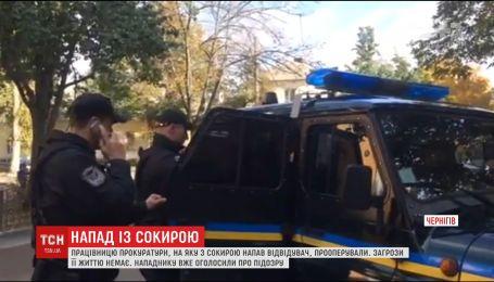 Работницу прокуратуры, на которую вчера с топором напал посетитель, успешно прооперировали