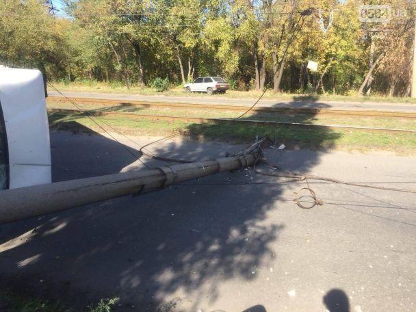 В Кривом Роге маршрутка с пассажирами на скорости снесла столб и перевернулась