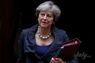 Намек на декольте и стоптанные туфли: Тереза Мэй отправилась на заседание в парламент