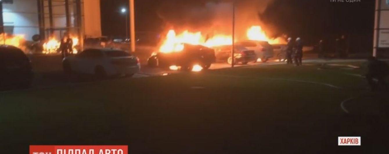 Одразу чотири дорогих BMW згоріли вночі у Харкові