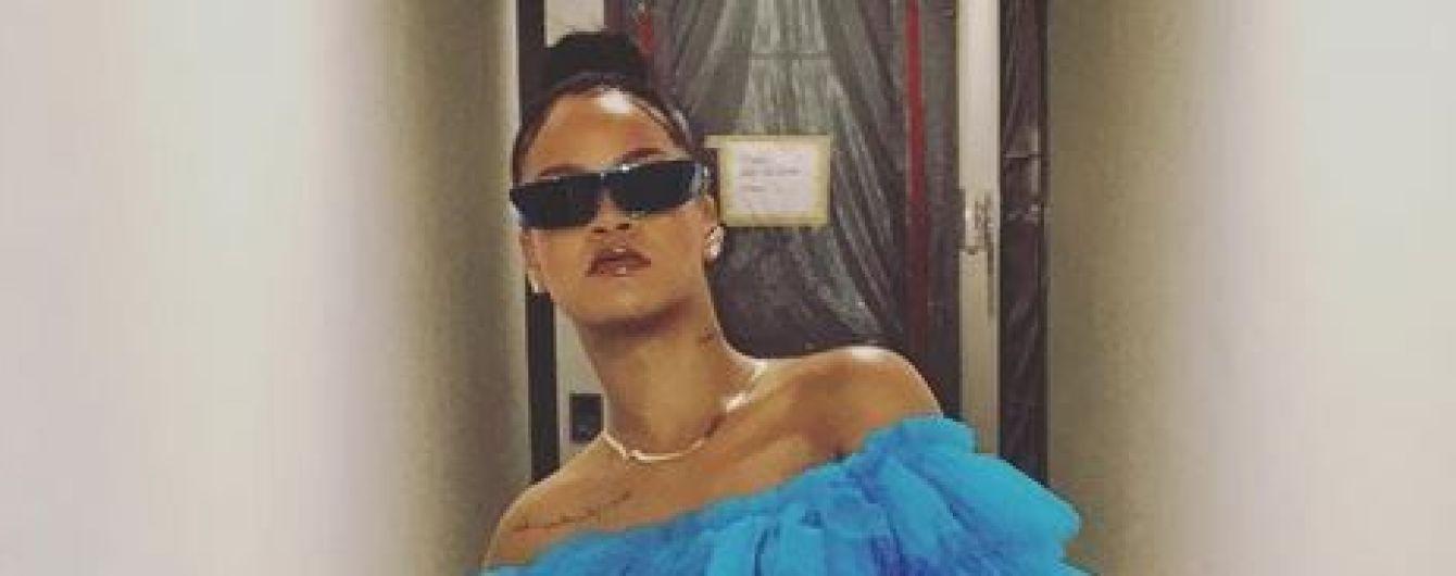 В пышном платье с открытыми плечами и в кроссовках: смелый образ Рианны