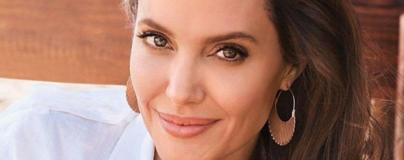 В платье с обнаженной спиной и в компании гепардов: новый фотосет с Анджелиной Джоли