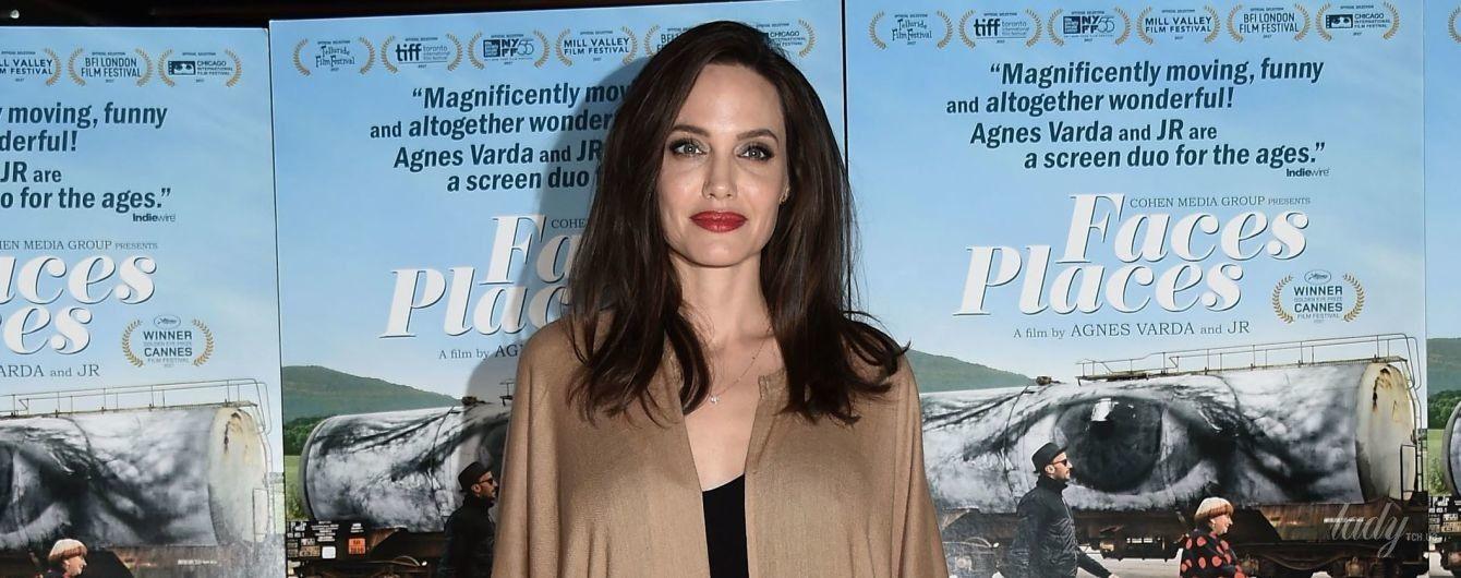 В пальто-балахоне и с ярким макияжем: светский выход Анджелины Джоли