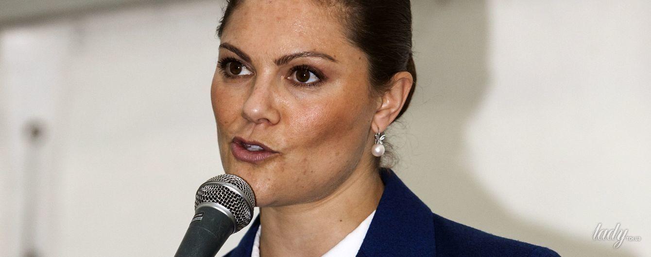 В синем костюме и с жемчужными серьгами: деловой образ шведской принцессы Виктории