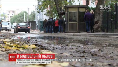 Дипмісія Литви в елітному районі Києва опинилась в будівельній облозі