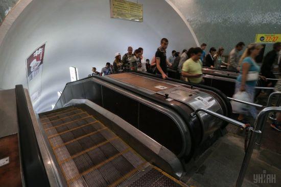 """На одній з київських станцій метро зламався ескалатор через жіночі """"шпильки"""""""