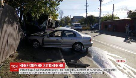 На Одещині маршрутка із пасажирами врізалась в паркан житлового будинку, є постраждалі