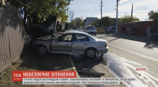 На Одещині маршрутка врізалась в паркан житлового будинку