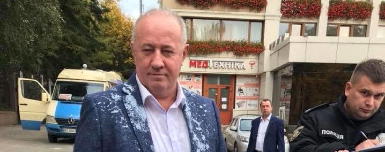 Соратника Саакашвили облили кефиром в Черновцах