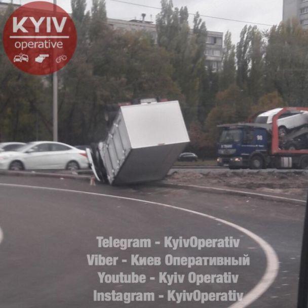 """В Киеве """"Газель"""" на скорости опрокинулась на крышу"""