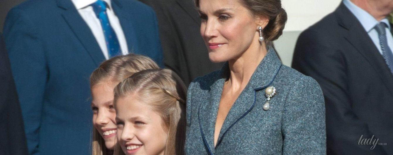 В элегантном костюме и с жемчужными украшениями: королева Летиция с семьей на праздничном мероприятии