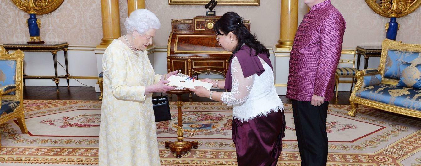 Два приема и одно платье: королева Елизавета II продемонстрировала очень нежный образ