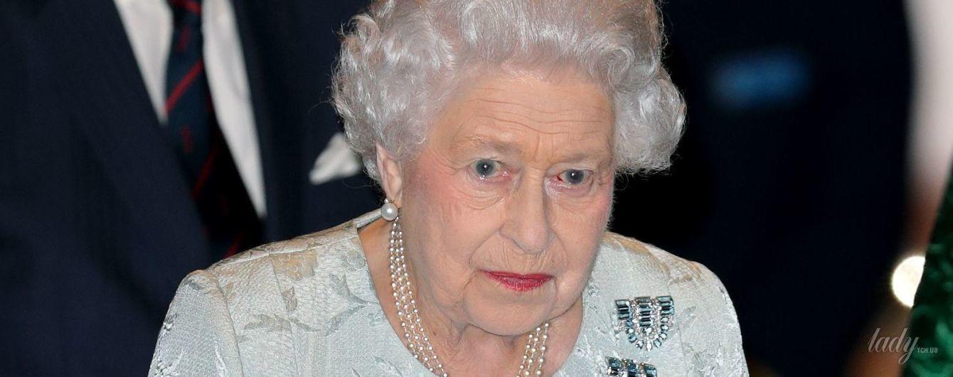 Королевский парикмахер недоглядел: Елизавете II не очень удачно покрасили волосы