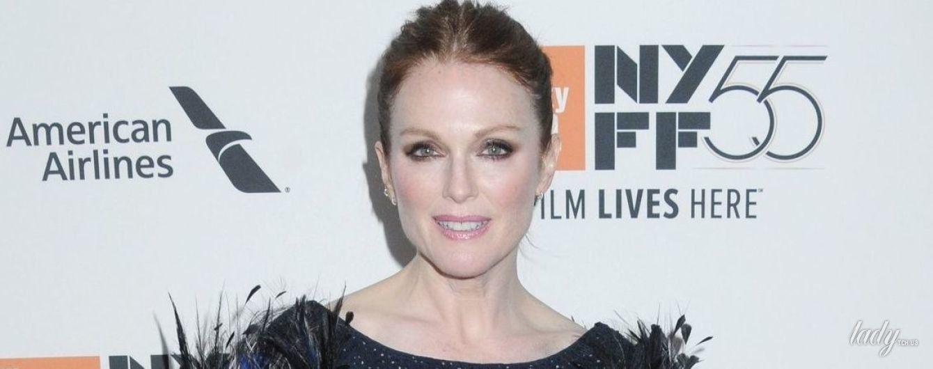 В платье с перьями и с неудачной прической: Джулианна Мур посетила Нью-Йоркский кинофестиваль