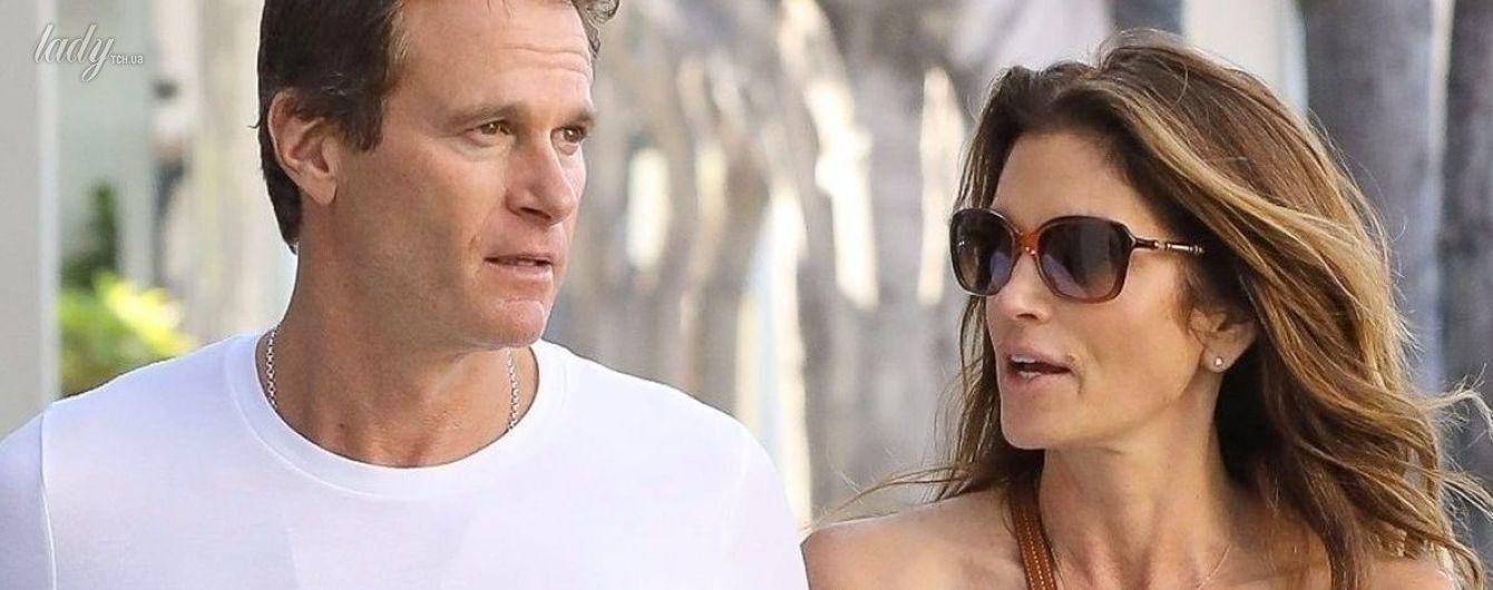Красивая пара: Синди Кроуфорд с мужем на романтической прогулке по городу