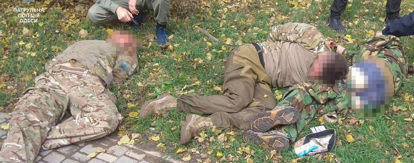 В центре Одессы пьяные молодчики в военной форме угрожали прохожим оружием и устроили драку