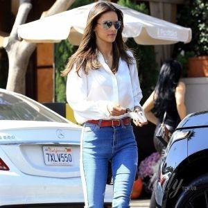 В белой рубашке и красных сапогах: Алессандра Амбросио сходила на ланч с друзьями