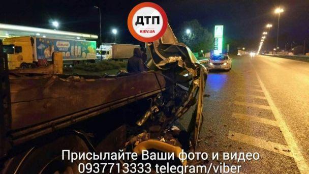 У жахливій ДТП під Києвом легковик влетів у припарковану фуру