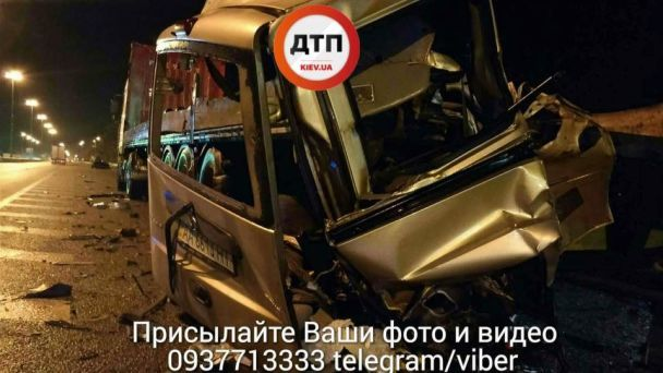 Жахлива ДТП під Києвом: легковик влетів уприпарковану фуру