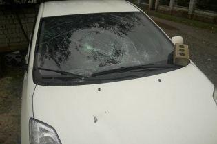 Під Києвом напали на журналіста та побили його авто цеглою – активіст