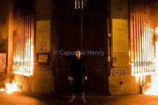 """Скандальний російський художник підпалив Банк Франції, щоб """"розпалити вогонь революції"""""""