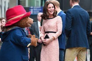 Выглядит прекрасно: беременная герцогиня Кембриджская в персиковом платье снова вышла на публику