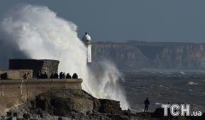 """Зірвані дахи і повалені дерева. На Ірландію обрушився ураган """"Офелія"""""""