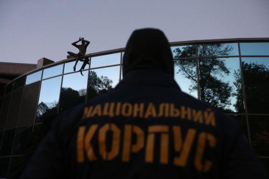 Невідомі заблокували вхід до бази Нацкорпусу в Києві. Опубліковане відео зсередини
