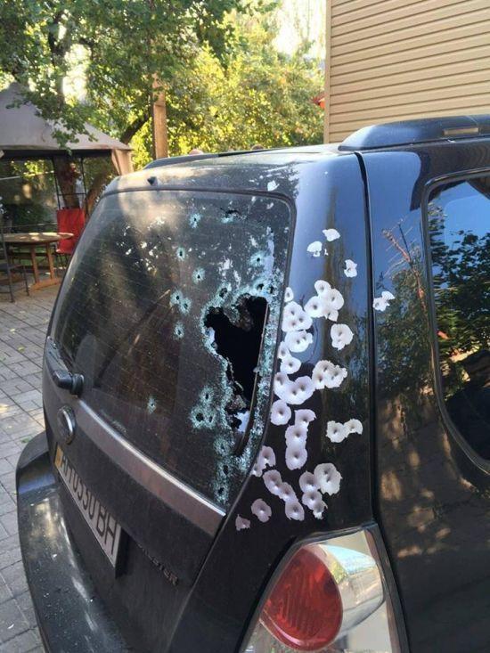 У Запоріжжі невідомий серед білого дня обстріляв позашляховик
