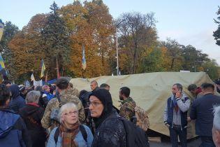 Мітингувальники почали встановлювати намети під Радою