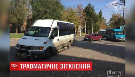 Два человека оказались в больнице Кривого Рога после столкновения автомобиля с маршруткой