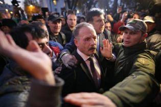 Митингующие под Радой избили депутата Барну