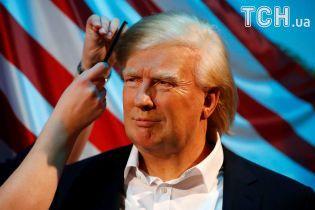 Последний штрих: Reuters показало, как прихорашивают восковую фигуру Трампа в музее