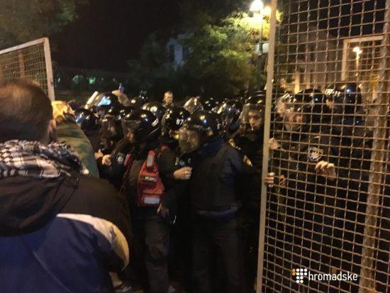 У Києві мітингувальники і правоохоронці поштовхалися через паркан