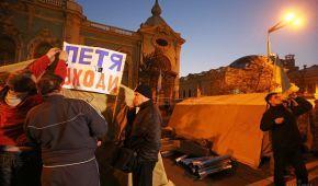 Не спали та грали на баяні: як минула ніч активістів біля Ради