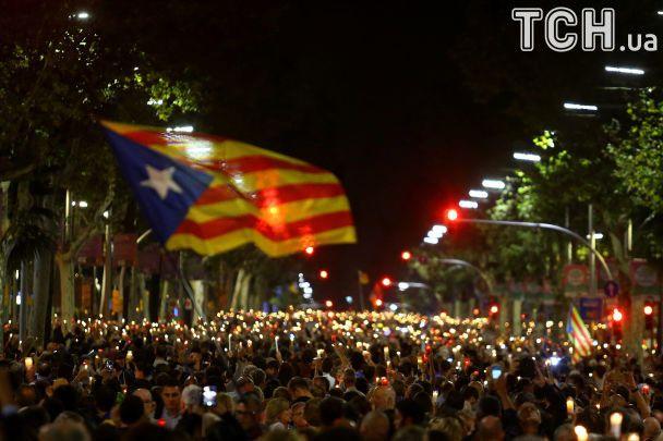 """Со свечами против """"оккупантов"""": сепаратисты в Каталонии вышли на новый митинг"""