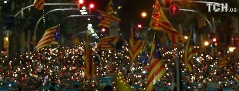 """Зі свічками проти """"окупантів"""": сепаратисти у Каталонії вийшли на новий мітинг"""
